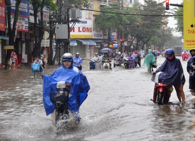 Hàng loạt tuyến đường trung tâm TP Quảng Ngãi bị ngập nặng. Ảnh: Tử Trực