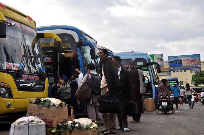 Hành khách chuẩn bị lên xe tại Bến xe Miền Đông