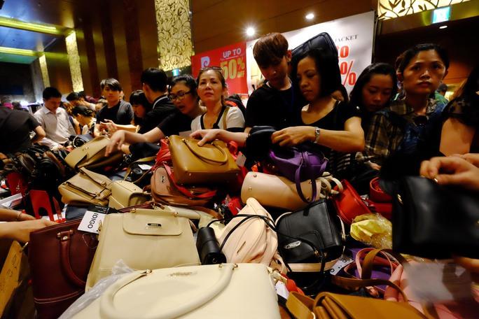 Các loại giỏ, túi xách giảm giá được đổ đống để khách hàng mặc sức lựa chọn