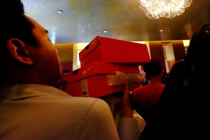 Khách hàng tranh thủ mua một vài đôi để mang dịp Noel và Tết sắp tới