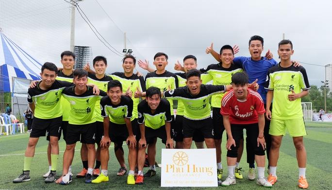 Ngoài Santos, cựu trung vệ tuyển Việt Nam Nguyễn Thành Long Giang (đứng, thứ ba từ trái sang) cũng là nhân tố đáng chú ý khi giúp đội Công ty Cổ phần bảo hiểm Phú Hưng giành ngôi vô địch