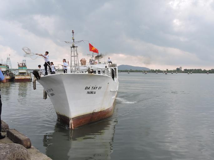 Tàu Đá Tây 01 đưa 15 ngư dân gặp nạn vào bờ