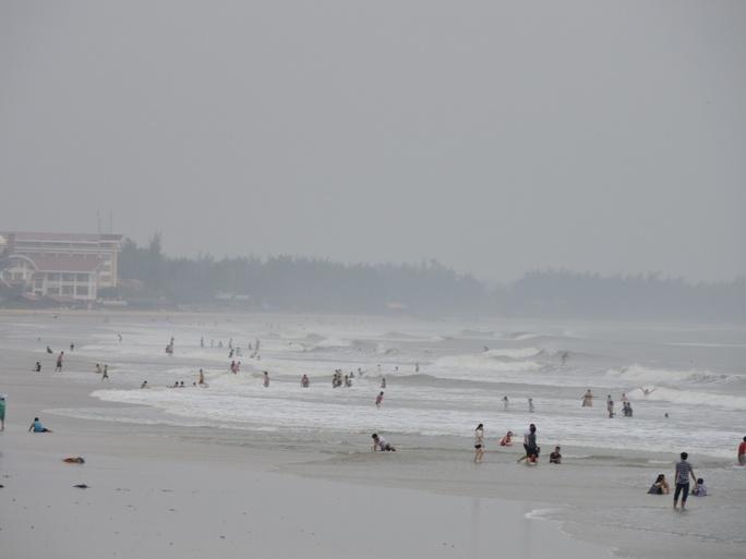 Trời mưa, gió lớn nhưng du khách vẫn thản nhiên tắm biển