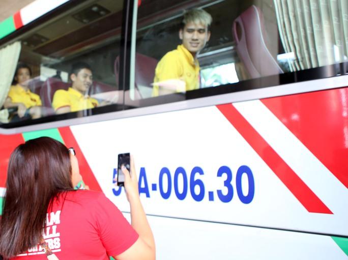 Nhiều CĐV đã ra tận xe buýt để tiễn đội về khách sạn