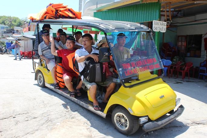 Du khách trên đảo Bình Ba