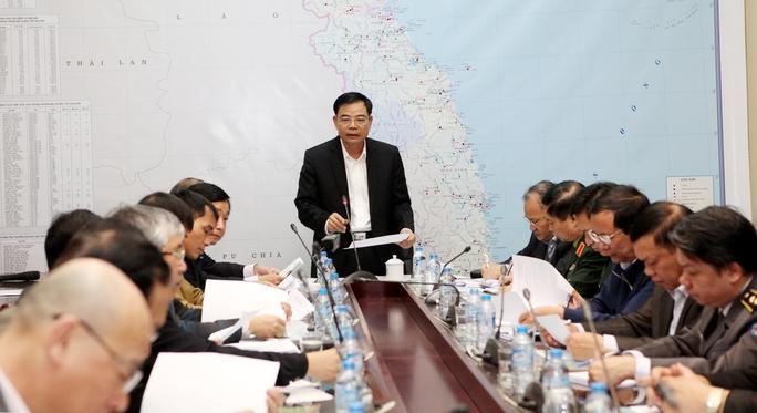 Bộ trưởng Bộ NN-PTNT Nguyễn Xuân Cường chủ trì cuộc họp ứng phó với bão số 10 sáng 27-12 - Ảnh: Văn Duẩn