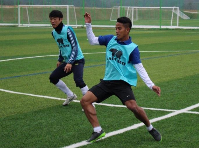Đức Lương (phải) trong buổi tập cùng đội Ansan MugunghwaẢnh: AMFC