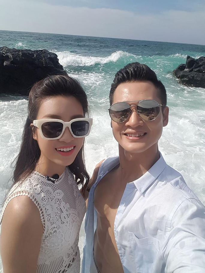 """Hoa hậu Đỗ Mỹ Linh """"tình tứ"""" với Đức Tuấn ở Lý Sơn"""