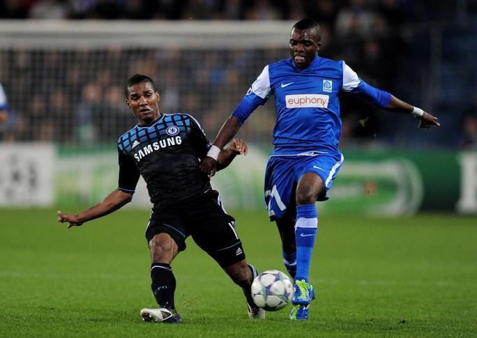 Dugarry Ndabashinze (phải) trong trận đấu với Chelsea tại Champions League năm 2011