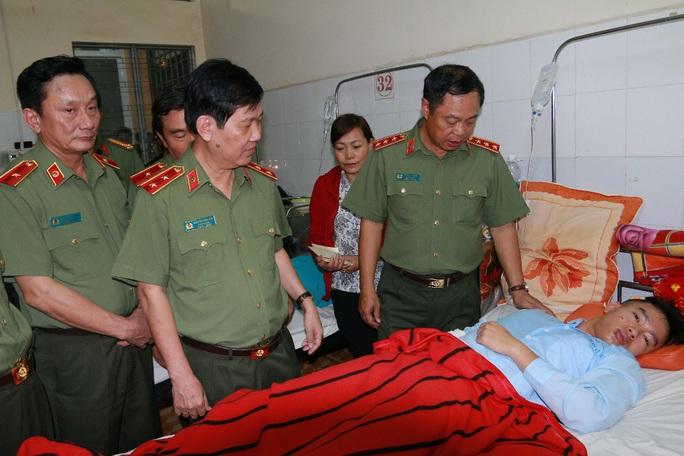 Thượng tướng Phạm Dũng (bìa phải) thăm hỏi cán bộ, chiến sĩ công an đang được điều trị tại Bệnh viện Đa khoa tỉnh Đắk Lắk