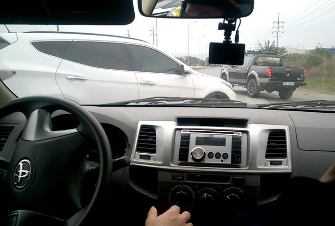 Xe của Thanh tra Giao thông tỉnh Hải Dương bị cản trở, chèn ép trên Quốc lộ 17B ngày 15-12