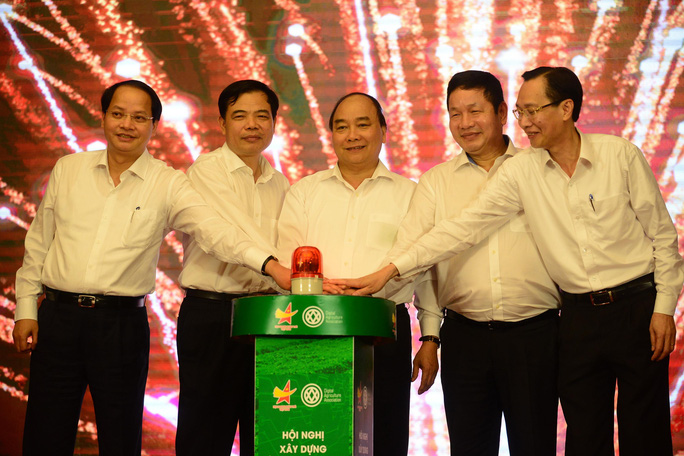 Thủ tướng Nguyễn Xuân Phúc ấn nút khởi động chương trình truy xuất nguồn gốc rau an toàn. Ảnh: HOÀNG TRIỀU