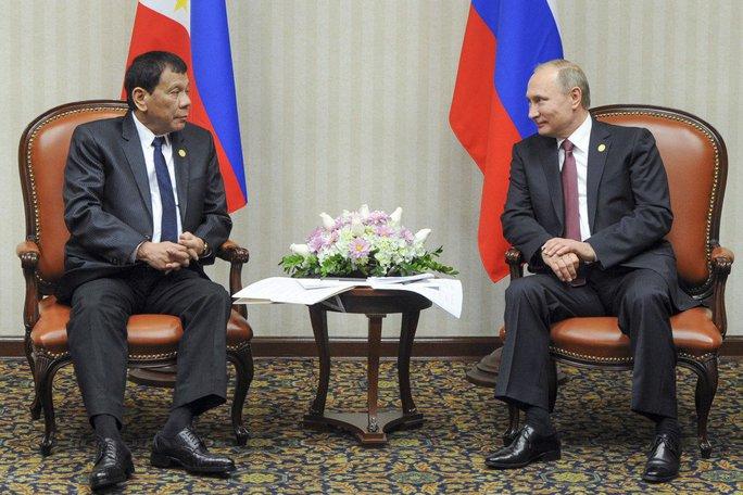 Tổng thống Duterte gặp Tổng thống Putin tại Peru. Ảnh: AP