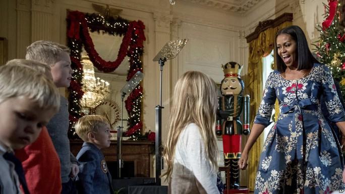 """Bà Clinton """"xuất hiện"""" trong giáng sinh Nhà Trắng"""
