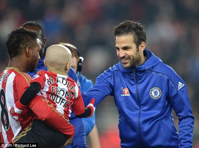 Fabregas, người ghi bàn thắng duy nhất giúp Chelsea chiến thắng trận này, đến bắt tay Lowery