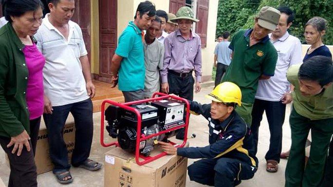 Người dân phấn khởi khi nhận máy phát điện