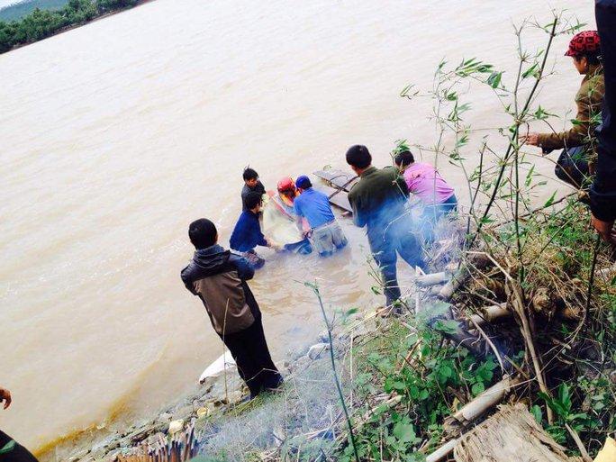 Lực lượng tìm kiếm phát hiện thi thể nạn nhân cách vị trí mất tích khoảng 700m - Ảnh: Trần Đôn