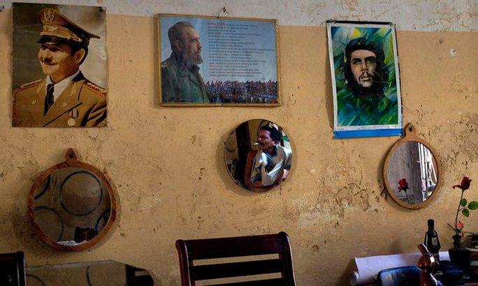 Ảnh của các ông Raúl Castro, Fidel Castro và Ernesto 'Che' Guevara (từ trái qua) trên một bức tường ở Havana. Ảnh: AP