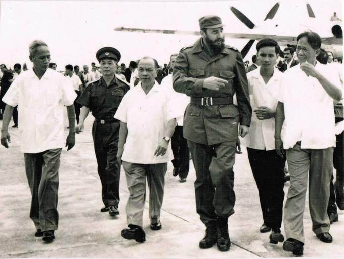 Lãnh đạo Đảng, nhà nước đón tiếp Chủ tịch Fidel Castro thăm nước ta lần thứ nhất tại sân bay Gia Lâm vào tháng 9-1973. Ảnh: TƯ LIỆU
