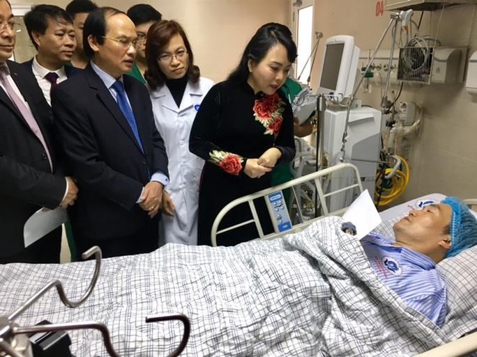 Bộ trưởng Bộ Y tế Nguyễn Thị Kim Tiến thăm hỏi bệnh nhân điều trị tại Trung tâm tim mạch của bệnh viện