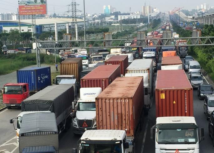 Cảnh kẹt xe nghiêm trọng do ảnh hưởng bởi vụ tai nạn