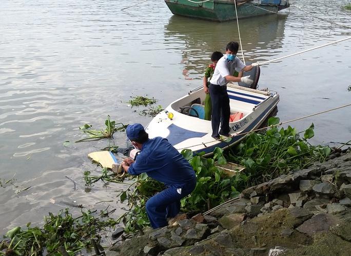 Lực lượng chức năng có mặt đưa thi thể vào gần bờ để phục vụ công tác khám nghiệm