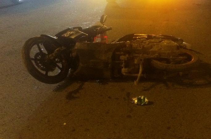 Chiếc xe máy của 2 nạn nhân nằm chỏng chơ trên mặt đường