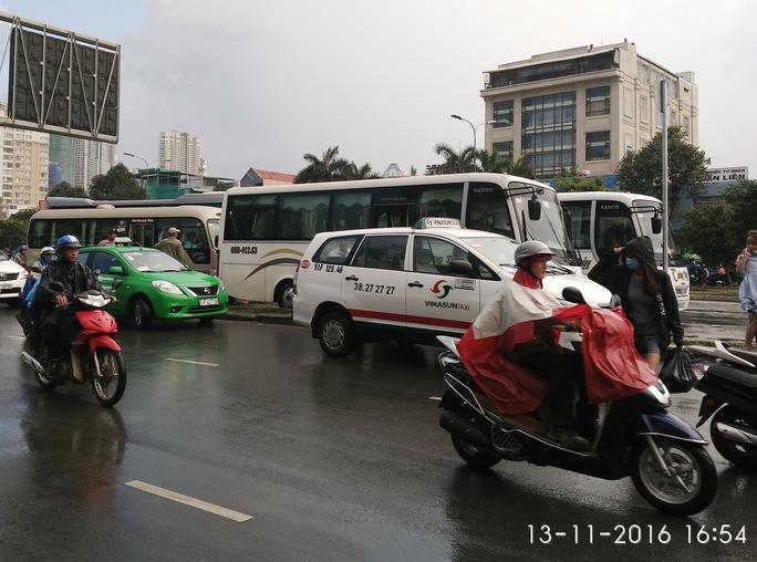 Các xe xếp thành hàng để đón, trả khách (Ảnh chụp chiều 13-11)