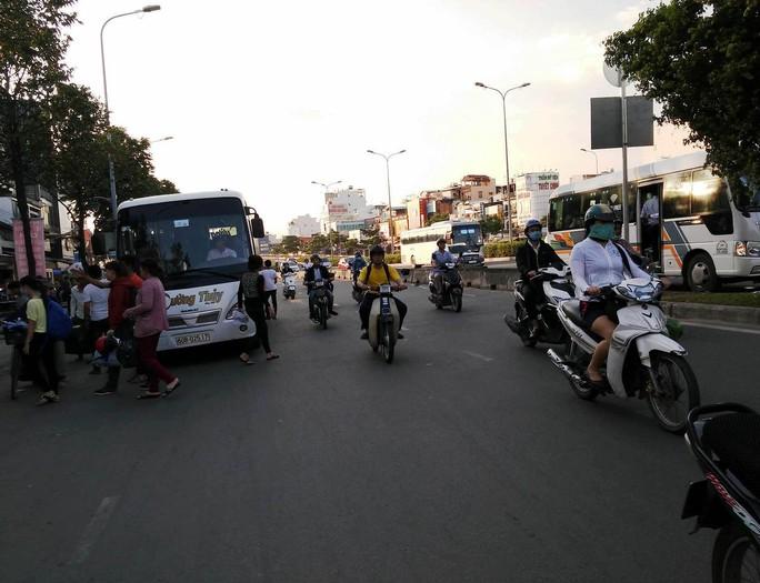 Một xe khách trên 16 chỗ ngồi vô tư trả khách ở đoạn đường cấm dừng, đậu chiều 14-11
