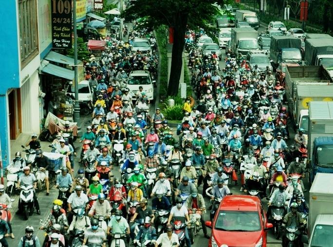 Cảnh xe cộ xếp ken đặc trên mặt đường trên đường Trần Quốc Hoàn, đoạn ra vòng xoay Lăng Cha Cả