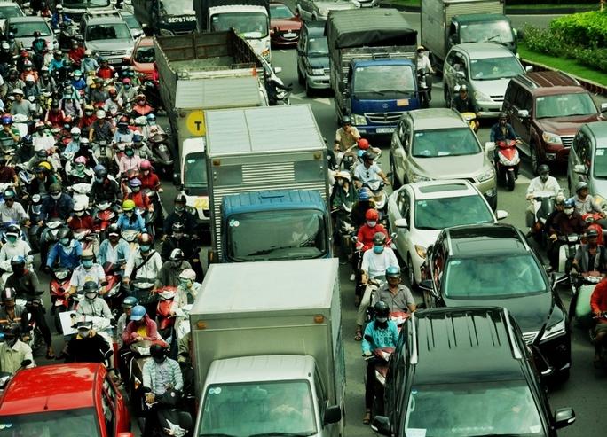 Xe máy phải len lỏi giữa 2 hàng ô tô hoặc leo lên vỉa hè để di chuyển