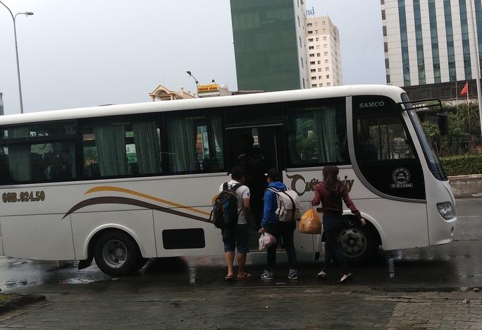 Theo tìm hiểu, tại khu vực này có văn phòng của một nhà xe và nhiều hành khách được tập kết đến đây để lên xe đi về tỉnh Đồng Nai