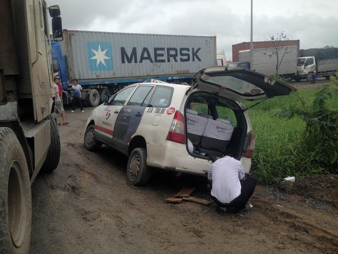 Chiếc taxi trong lúc chen nhau để lưu thông đã sụp qua bên đường vào sáng 13-12