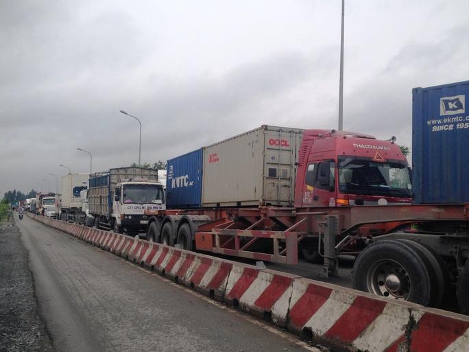 Đoàn xe đầu kéo chở container, xe tải đông lạnh... nối đuôi nhau kéo dài hàng cây số