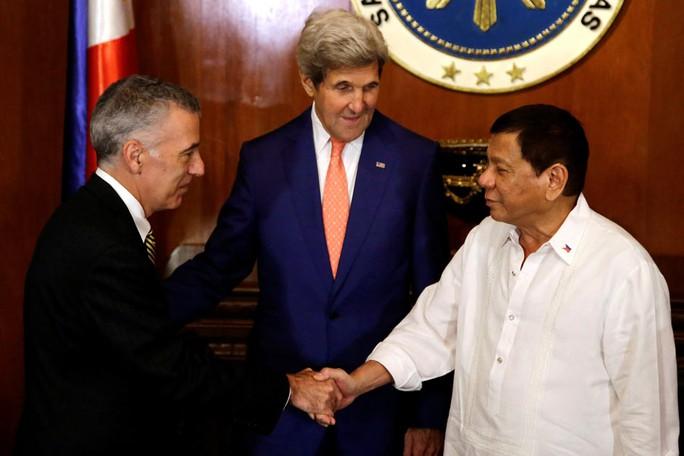 Tổng thống Philippines Rodrigo Duterte bắt tay cựu đại sứ Mỹ tại Philippines Philip Goldberg (bìa trái). Ảnh: REUTERS