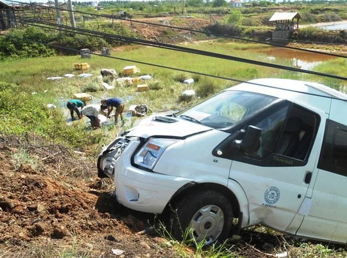 Người dân phụ thu gom các thùng tôm sú bị bay khỏi xe