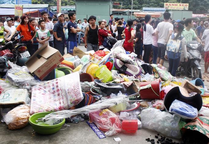 Nhờ sự hỗ trợ của nhiều người, phần lớn hàng hóa, đồ đạc được di chuyển thành công ra ngoài, giảm thiểu thiệt hại cho các gia đình bị cháy nhà.