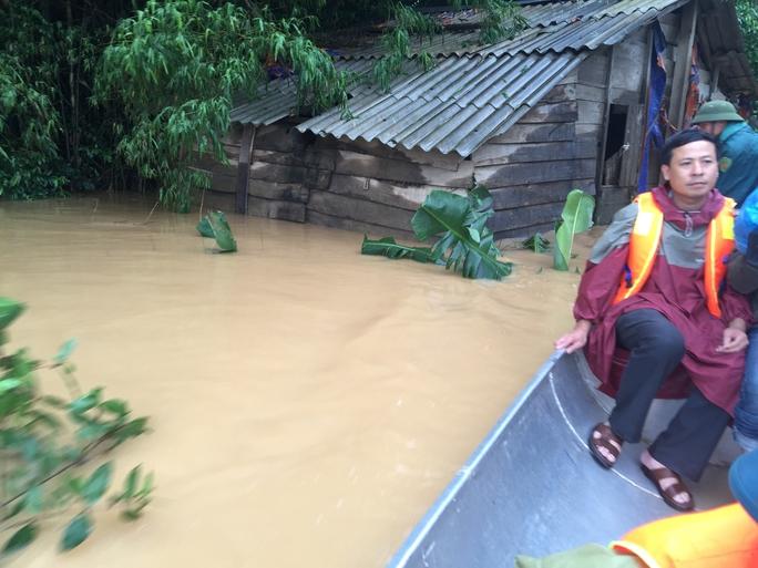 Một căn nhà của dân nghèo hạ nguồn sông Gianh chìm dần trong lũ