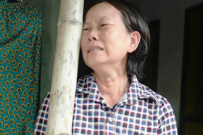 Bà Huỳnh Thị Bạch Tuyết (thôn Mỹ Phú 2, xã An Hiệp khóc nức nở vì trận lũ đã cướp sạch tài sản dành dụm bấy lâu của gia đình