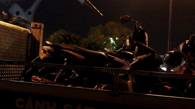 Xe máy của nạn nhân được chuyển khỏi hiện trường
