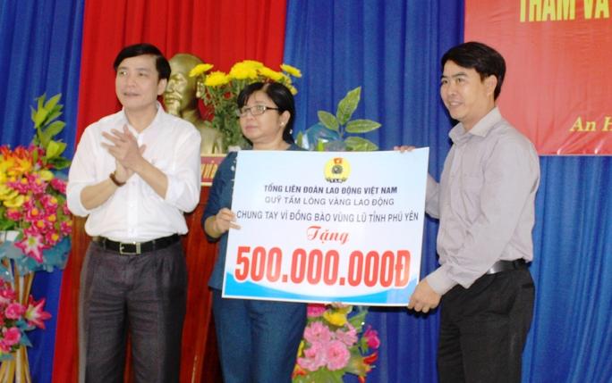 Ông Cường (trái) trao 500 triệu đồng để Phú Yên khắc phục hậu quả lũ lụt