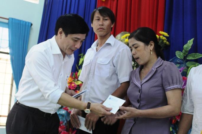 Ông Cường đã trao 3 triệu đồng cho cô giáo Thái Thị Tuyết Hồng, 1 trong 4 cô giáo đã bảo vệ an toàn cho 13 trẻ mầm non trong lũ dữ ở xã An Hiệp