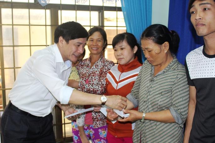 Chủ tịch Tổng LĐLĐ Việt Nam Bùi Văn Cường trao quà hồ trợ người dân vùng lũ xã An Hiệp, huyện Tuy An (Phú Yên)