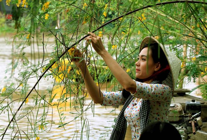Hình ảnh mùa nước nổi vẫn còn đó với cô gái Đồng Tháp đang hái bông điên điển.