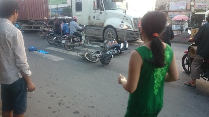 2 xe máy nằm chắn ngang đường