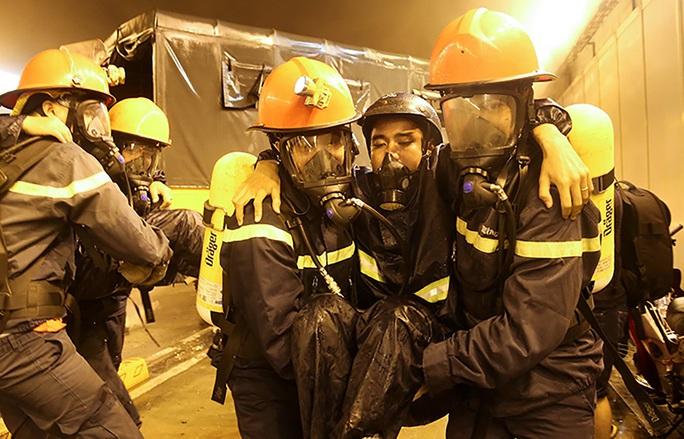 Các nạn nhân được chụp mặt nạ phòng khí độc và di chuyển ngay ra khu vực an toàn cho lực lượng cấp cứu cứu chữa.