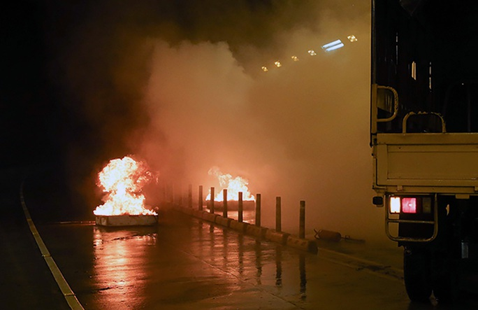 Tình huống giả định, một xe tải đang đi trong hầm Sài Gòn bất ngờ bị nổ lốp, gây tai nạn liên hoàn với nhiều xe máy và ôtô. Do nhiên liệu trong các xe đổ ra, khiến cho ngọn lửa lan nhanh, bốc cháy dữ dội. Hơn 30 người bị thương kẹt trong hầm.