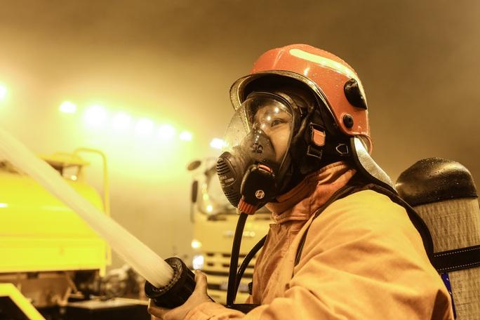 Sau 30 phút, ngọn lửa được khống chế và buổi diễn tập PCCC tại hầm Thủ Thiêm cũng kết thúc