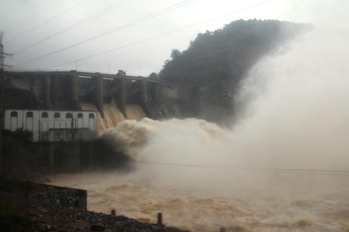 Thủy điện Hố Hô thời điểm xả lũ hết cỡ - Ảnh: CTV