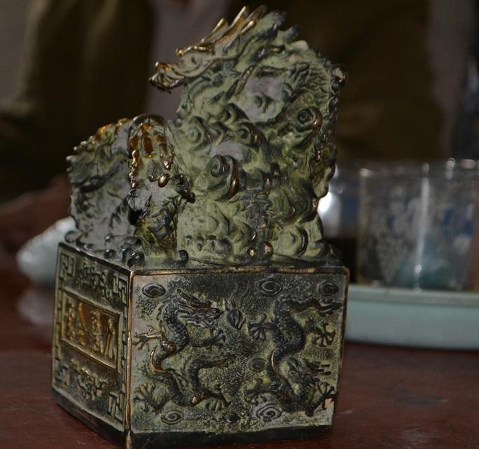 Vật kim loại nghi là ấn tín cổ của vua